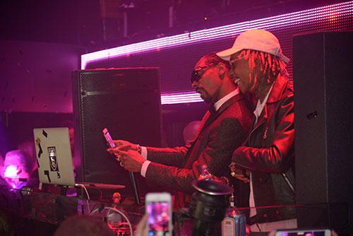 Snoop-Dogg-and-Wiz-Khalifa-take-a-selfie_TAOMDW2015
